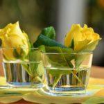 centrotavola di fiori - bicchiere di rose gialle