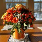 centrotavola di fiori - vaso di rose arancioni