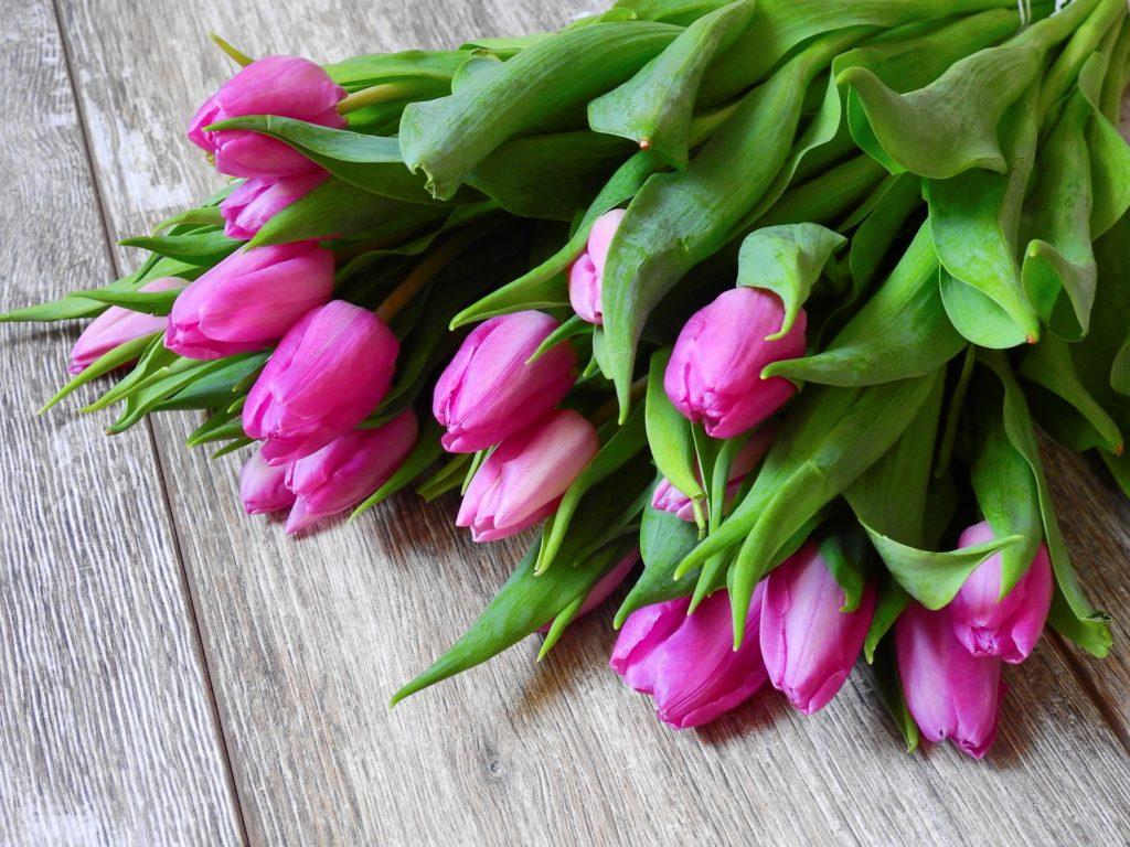 Mazzo di tulipani rosa su tavolo